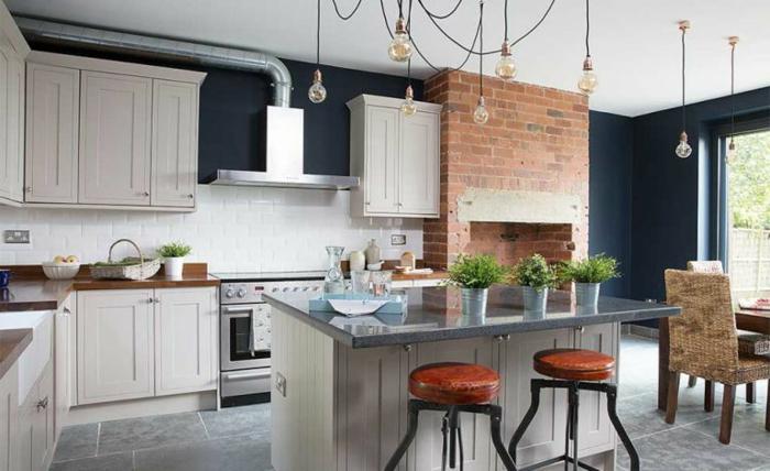 petit espace équipé, aménagement cuisine ouverte style industriel, tabourets de bar bois et fer, petit comptoir de travail