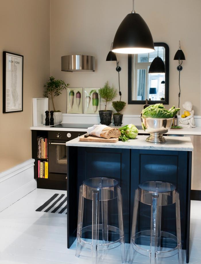 petite cuisine avec ilot coin repas et deux tabourets de bar transparents qui font accent déco original