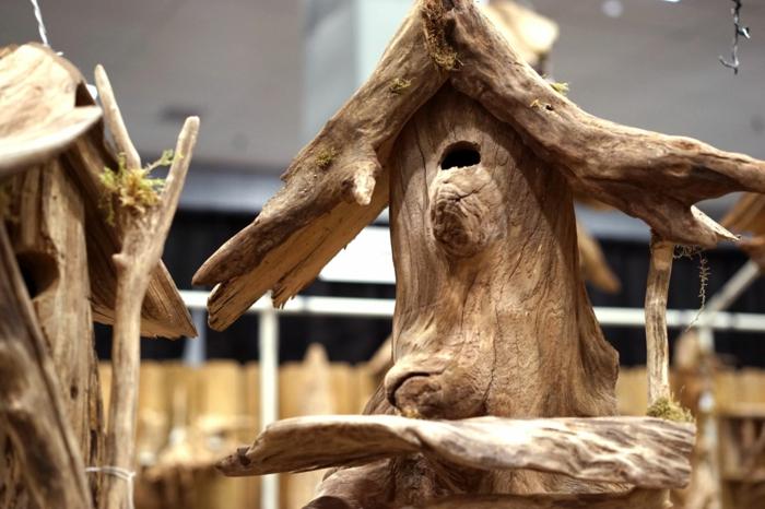 maisonnettes à oiseau en bois flotté, deux petites maisons faites avec des morceaux de bois