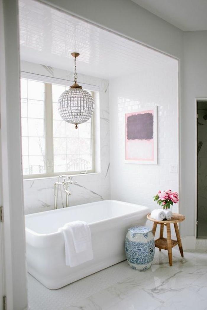 deco salle de bain zen, lustre rond brillant, baignoire blanche rectangulaire, sol recouvert de marbre blanc aux délicates nervures noires