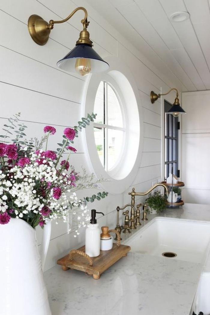pinterest salle de bain, deco salle de bain zen, idee salle de bain, petite salle de bain moderne, salle de bain blanche, deux luminaires en style industriel