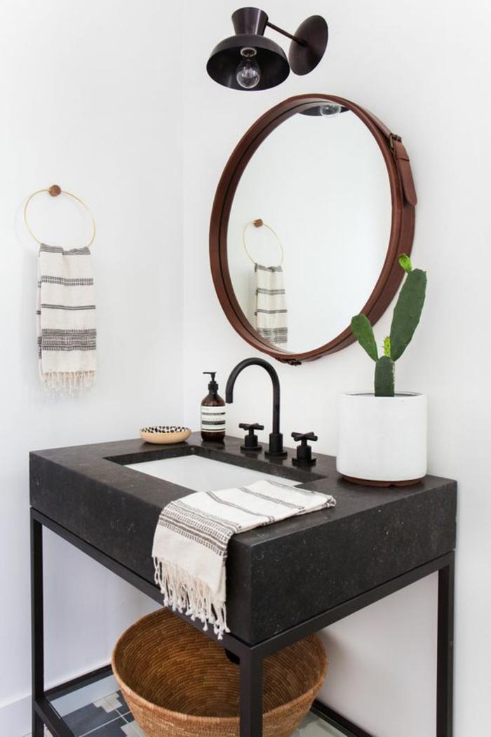 petite salle de bain moderne, decoration petite salle de bain, miroir rond au cadre marron, meuble noir en bois, luminaire industriel noir applique au-dessus du miroir