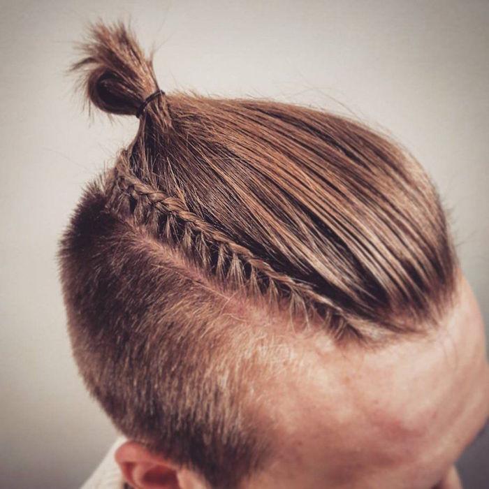 coiffure chignon homme man bun avec cotés courts et petite tresse fine en épis de blé sur le coté