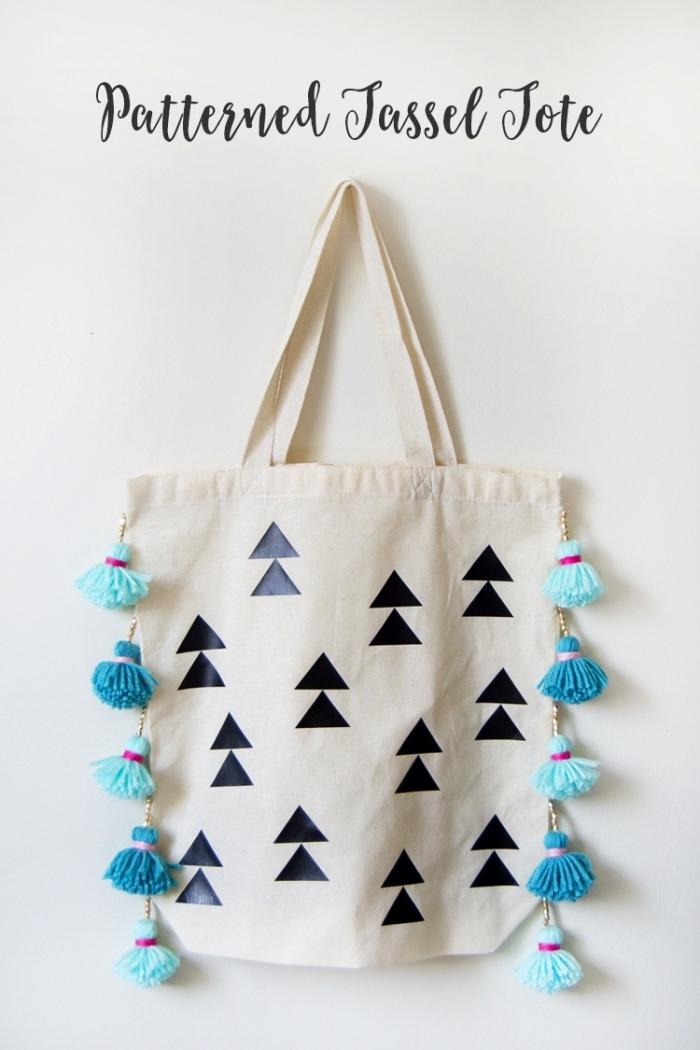 déco avec la technique transfert sur textile facile sur un sac à main beige, petits tassels bleus comme déco sur un sac à main