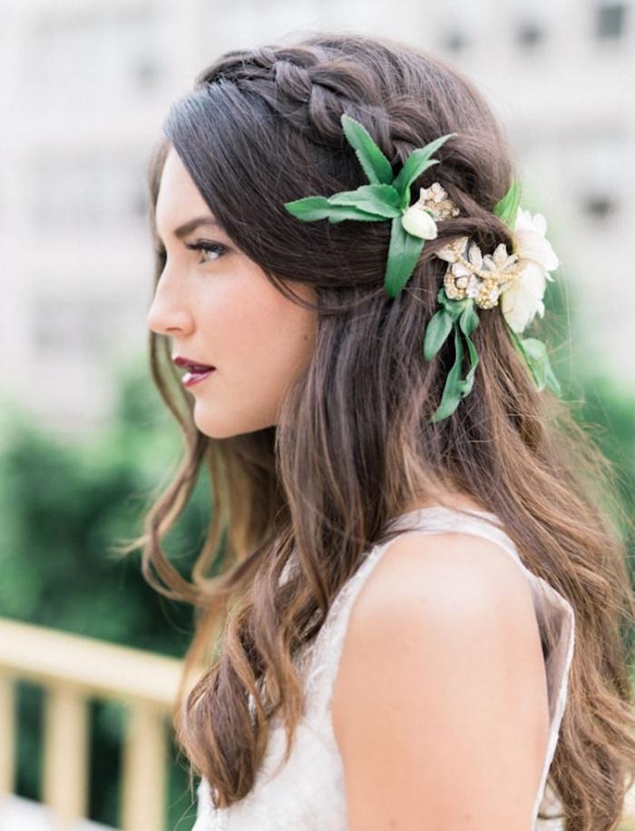 Coiffure mariage bohème chic, coiffure cheveux mi long mariage ondes, couronne de fleurs