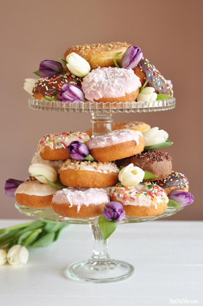 présentoir à gâteaux, donuts glacés, tulipes lilas, photo de gateau d'anniversaire