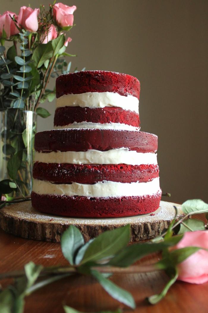gâteau red velvet posé sur un rondin de bois, crème vanille, roses rustiques, gateau anniversaire