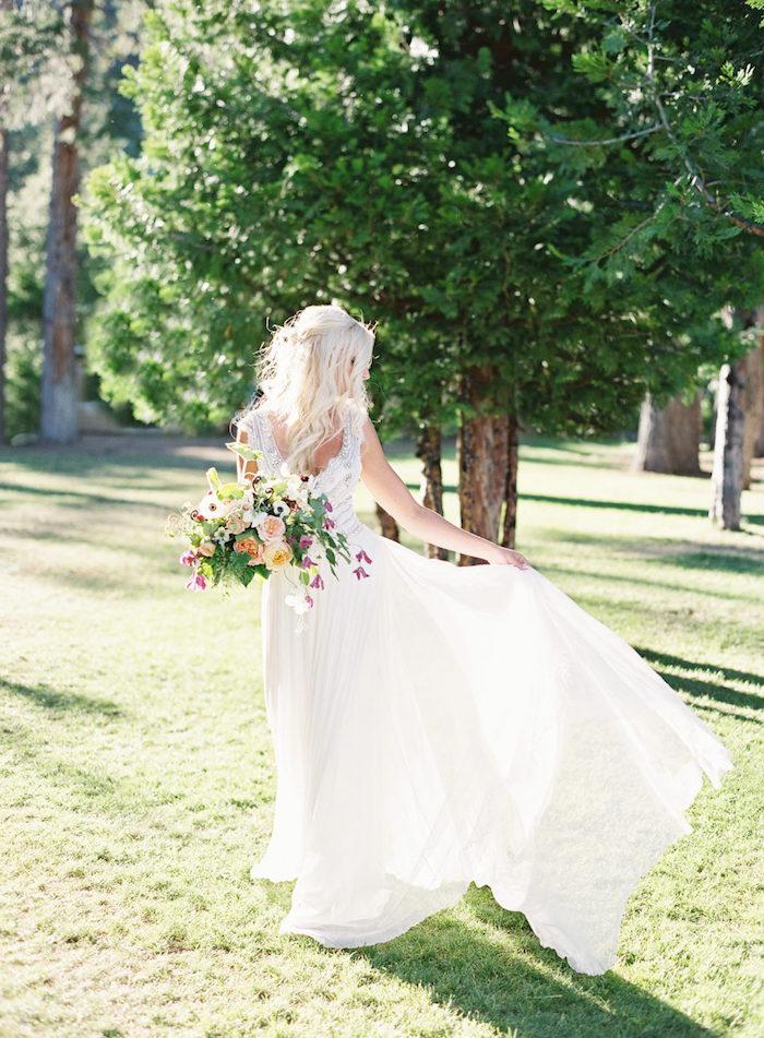 Coiffure mariage cheveux mi long, belle chevelure femme en coiffure bohème chic tendance, belle robe de mariée classique au style bohème chic