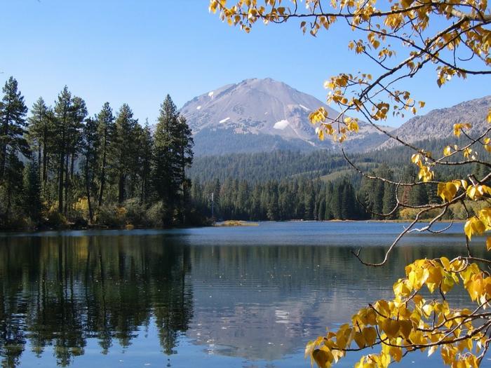 joli fond d'écran, grand cours d'eau, arbres aux feuilles jaunes, sommets de montagne