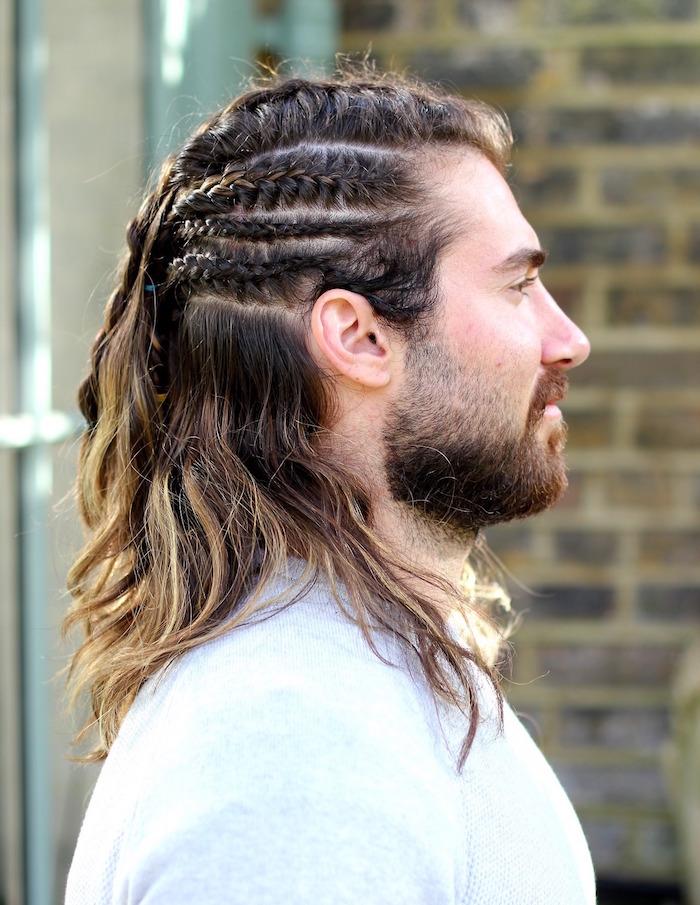 homme cheveux longs avec nattes couchées sur le dessus et coté et balayage blond
