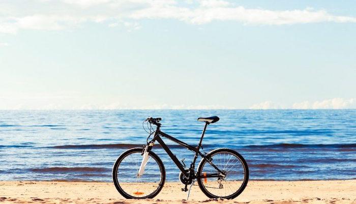 photo de vtt sur la plage pour vacances sportives et relax avec activité physique légère quotidienne