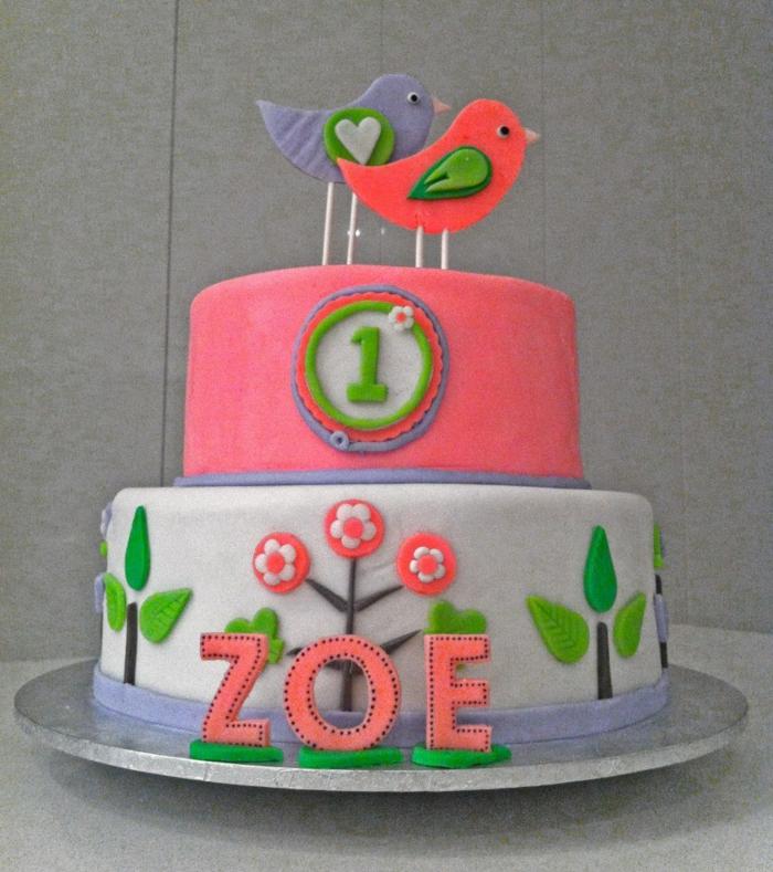 gateau créatif pour petite fille, figurines d'oiseaux, arbres en découpes de pate, pièce montée anniversaire