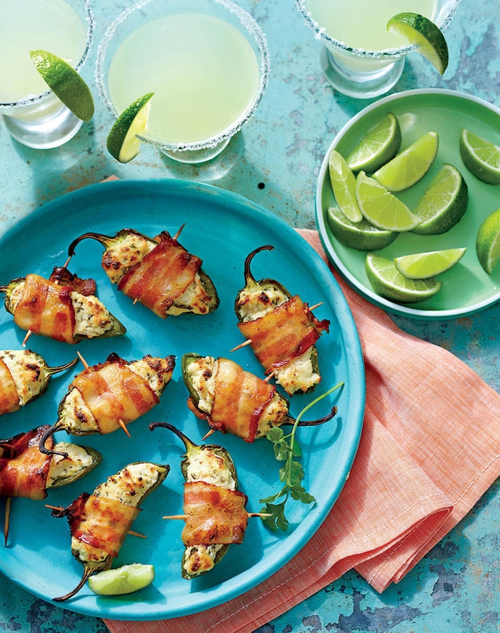 apéro facile et rapide au poivrons, piments farcis de fromage avec du lard dans une assiette bleue, apero brochette