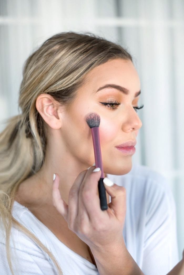 exemple comment appliquer un illuminateur sur les joues, affiner et sculpter son visage avec la technique contouring