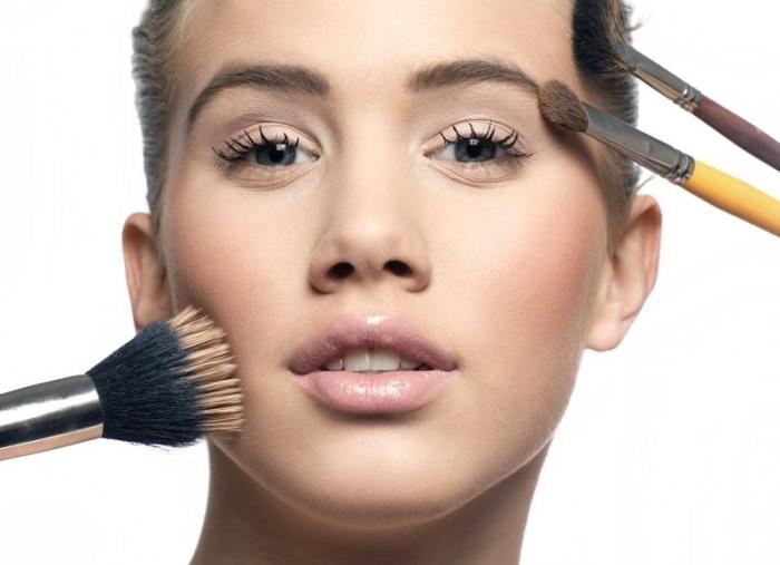 choix de produits et outils pour faire un contouring facile et rapide, maquillage yeux bleus avec fards à paupières nude