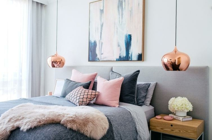 cadre peinture rose et bleue, fourrure rose, lampes pendantes, tête de lit grise, peinture