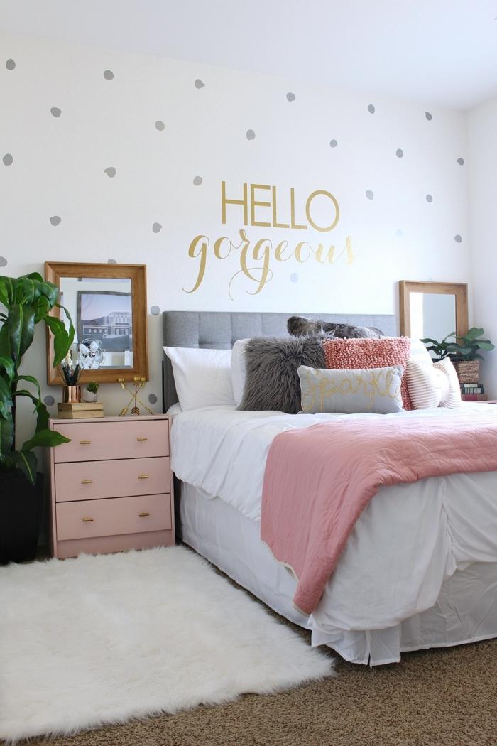 mur pointillé, chevet rose, cadre doré, tapis blanc, lit rose et gris, chevet rose, idée déco chambre parentale