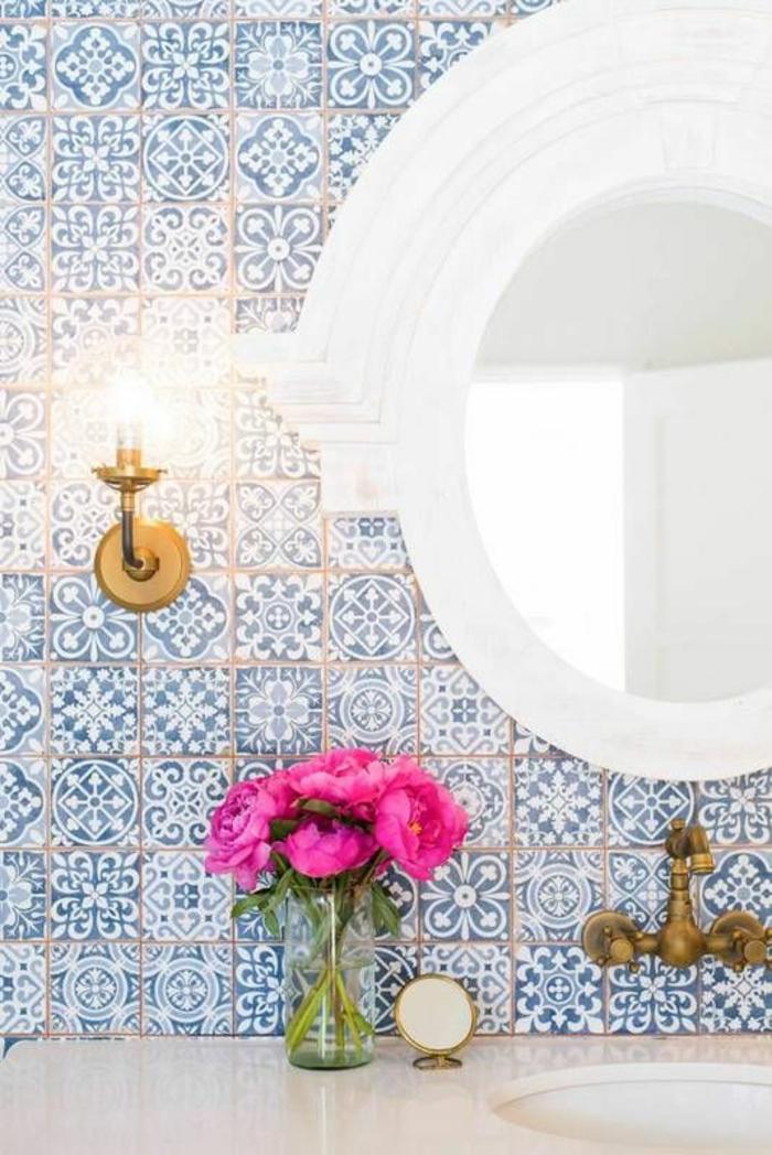 salle de bain zen et chaleureuse, déco salle de bain zen, carrelage mural en mosaïque bleu et blanc, miroir ovale au cadre blanc