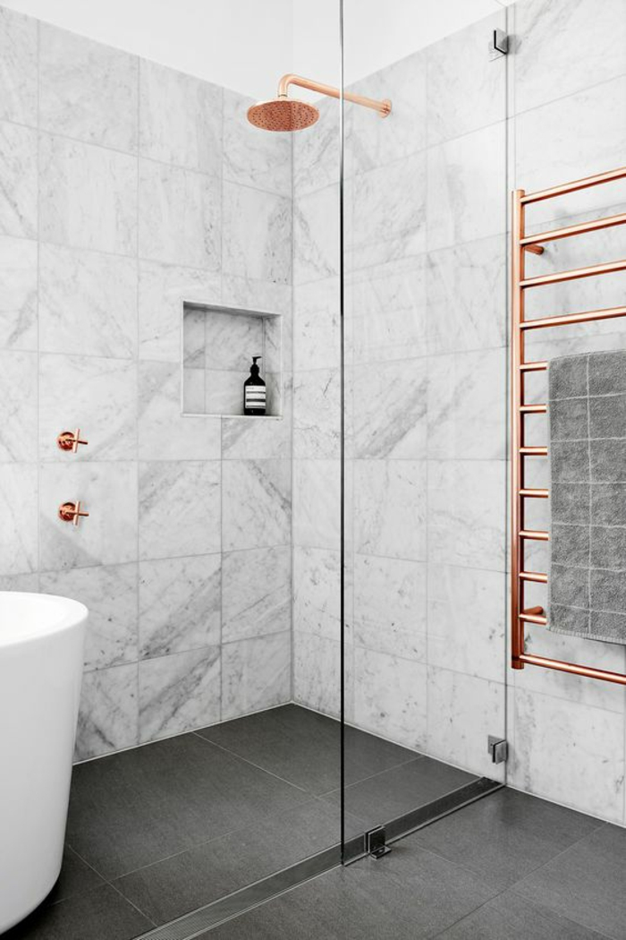 pinterest salle de bain, decoration petite salle de bain, salle de bain 4m2, murs recouverts de marbre blanc aux nervures noires, dalles de carrelage noires