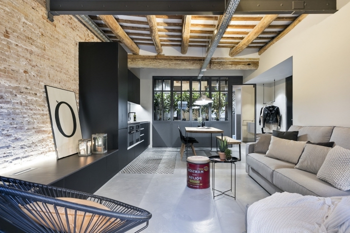 idée déco de style loft industriel avec meubles foncés et mur en briques, modèle de plafond original en bois et blanc
