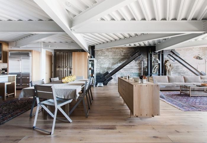 intérieur moderne de style loft industriel avec plafond en poutres apparentes, idée comment peindre des poutres en blanc cérusé