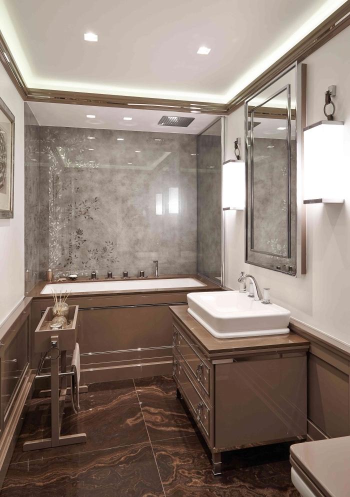 exemple d'amenagement petite salle de bain 4m2 avec baignoire, déco intérieur stylé en couleurs neutres avec carrelage gris clair laqué et meubles beige