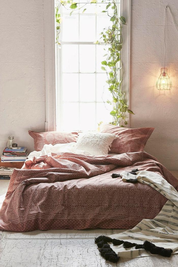 idée déco chambre parentale, plante verte, lit en rose, lampe cage, enduit blanc, plante grimpante