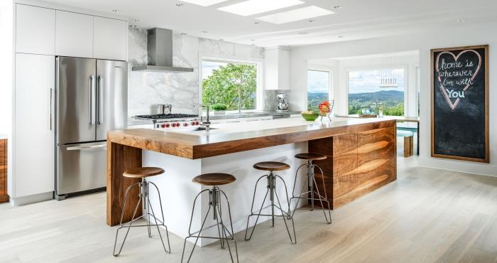 ilot central cuisine blanc et bois recouvert d'un plan de travail de bois épais qui fait aussi office de bar et de desserte