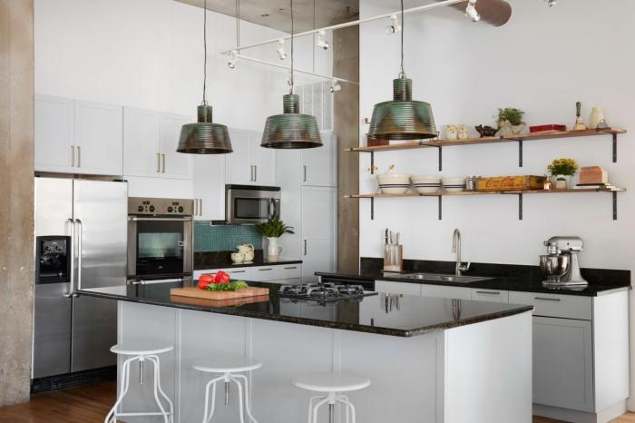 cuisine en blanc et acier au look professionnel avec un plan de travail ilot central en quartz noir au soubassement contrastant