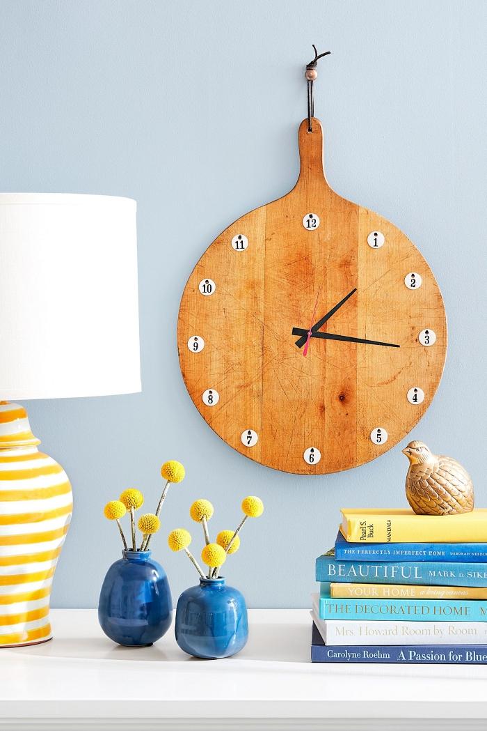 une vieille planche à découpée recyclée en horloge originale, idée de détournement objet original pour réaliser une horloge à design unique