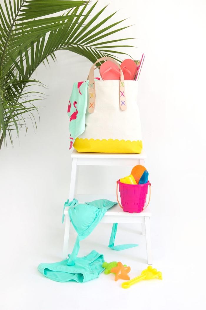 sac cabas personnalisé blanc avec déco jaune et broderie en motifs x sur la poignée, idée accessoire de plage DIY