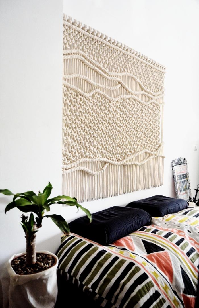 design intérieur en style traditionnel aux murs blancs avec déco murale en suspension noeuds macramé facile
