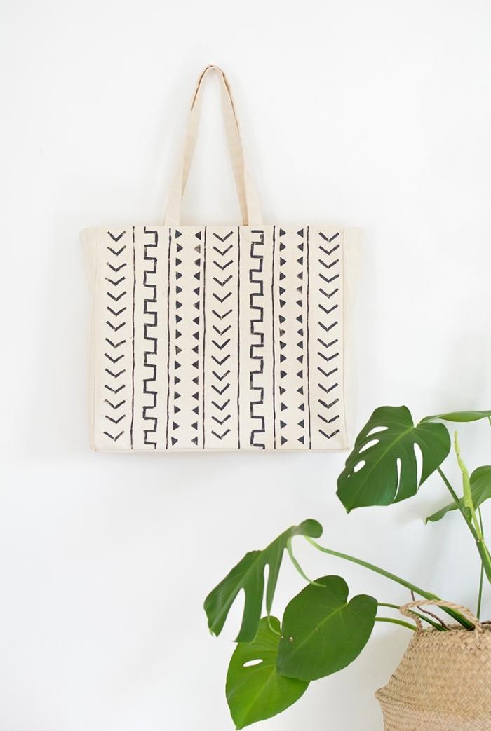 modèle de sac cabas beige avec déco facile en motifs géométriques réalisés avec feutre noir pour textile, activité manuelle maternelle
