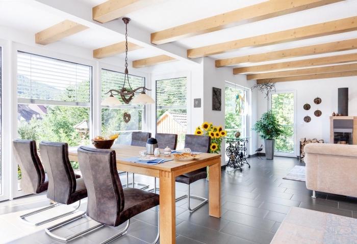 idée déco claire et chaleureuse dans une maison à design moderne et rustique avec meubles de bois et cuir, modèle de poutre decorative sur plafond blanc