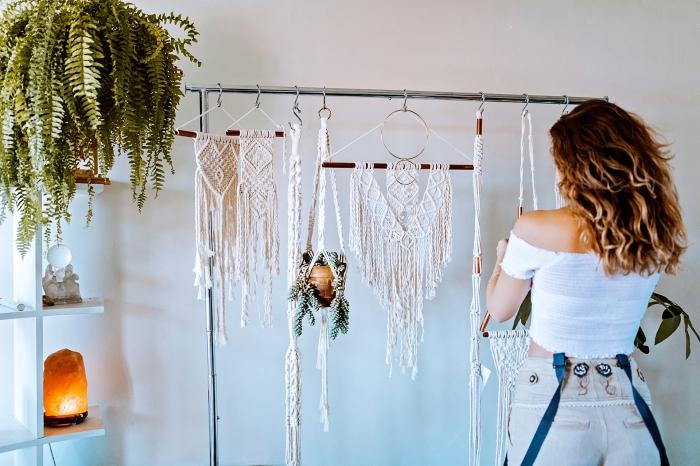 macramé technique facile pour faire suspension murale ou pour plantes, déco de style bohème dans un salon blanc avec plantes vertes