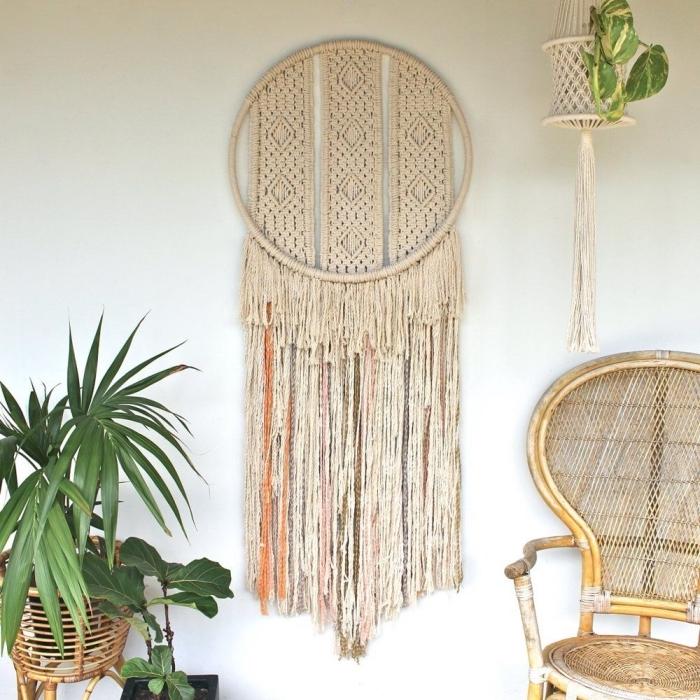 modèle de suspension murale design attrape-rêve DIY, idée comment décorer une pièce bohème avec plantes vertes et meubles en ratan