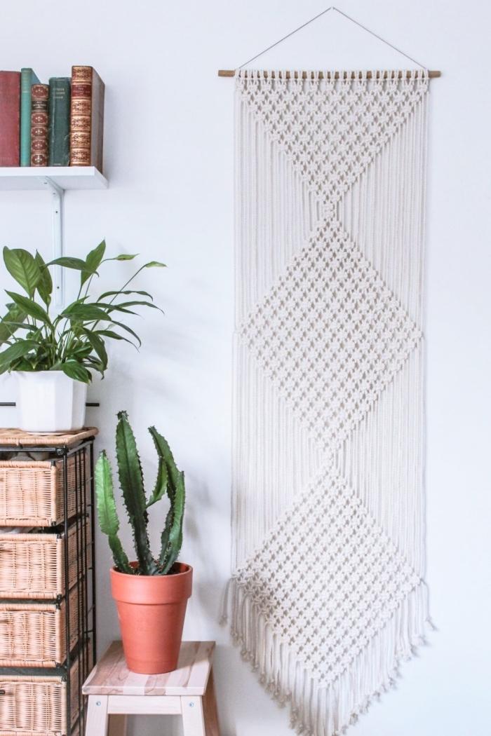 apprendre le macramé, création DIY facile en bâton de bois et cordelettes en noeuds macramé, modèle étagère murale en blanc