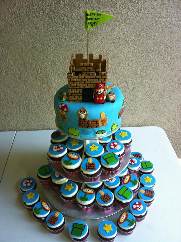 gâteau à cupcakes super Mario, forteresse avec drapeau vert, plusieurs petits cakes empilés