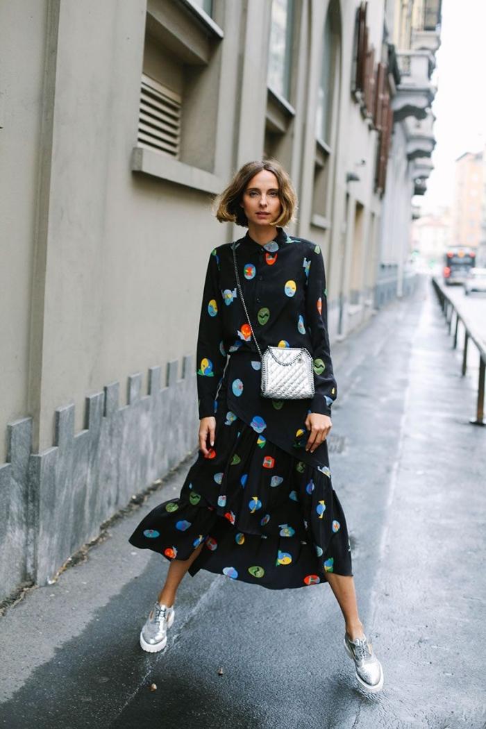 modèle de robe longue en noir aux manches longues, comment combiner une robe noire avec sac à main et chaussures derbies argentés