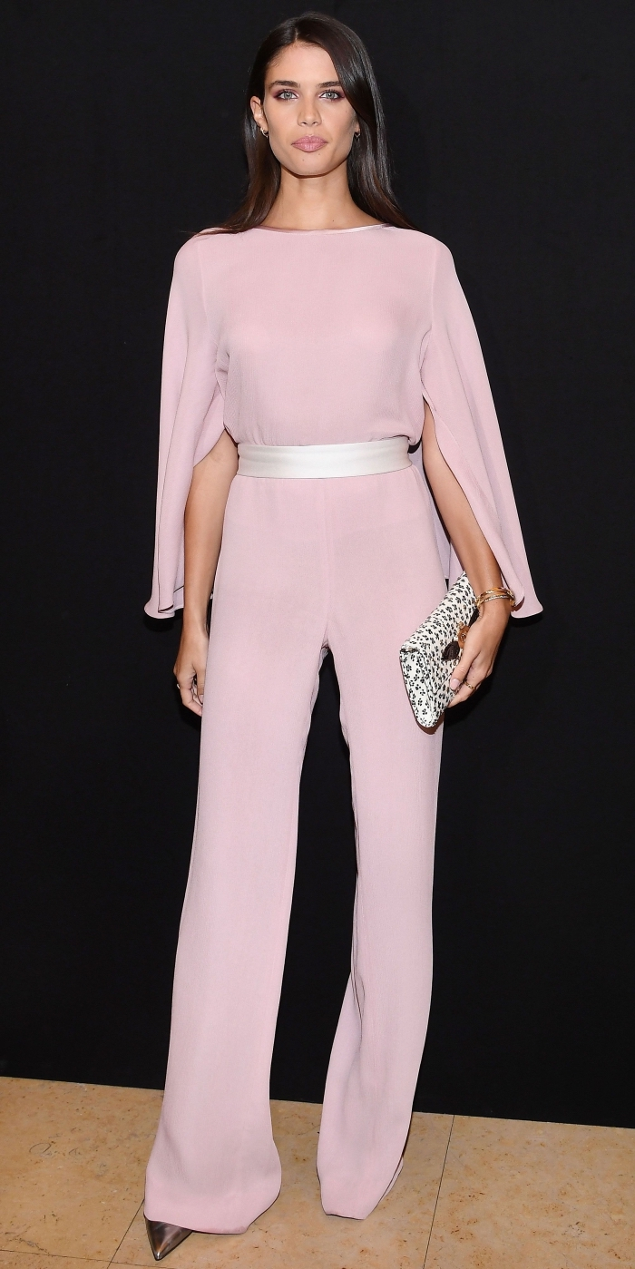 magnifique combinaison pantalon stylée aux manches longues design kimono de couleur rose pâle avec ceinture