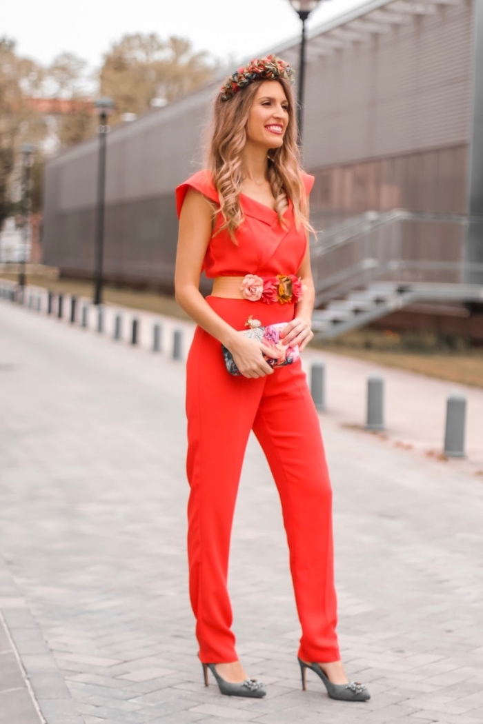 modèle de combinaison rouge avec ceinture fleuris, idée coiffure pour mariage aux cheveux détachés et bouclés