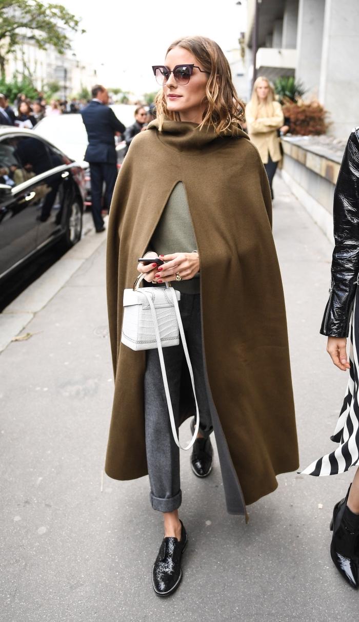 derbies noires femme combinés avec un pantalon fluide en gris et une blouse en kaki, modèle de poncho long en nuance kaki marron