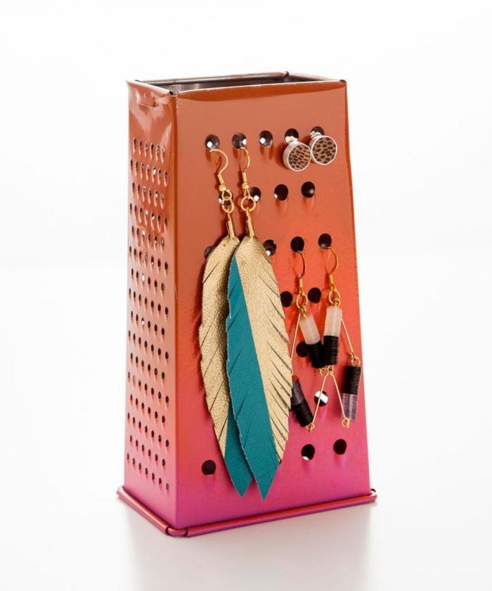 idée de détournement objet en présentoir pour boucles d'oreilles, râpe inox relookée à quelques coups de pinceaux et transformée en porte-bijoux