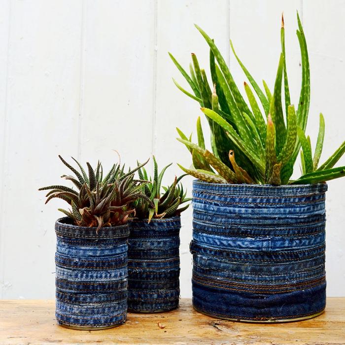 des pots pour plantes en boîtes de conserve habillées de tissu recyclé, comment recycler ses vieux jeans