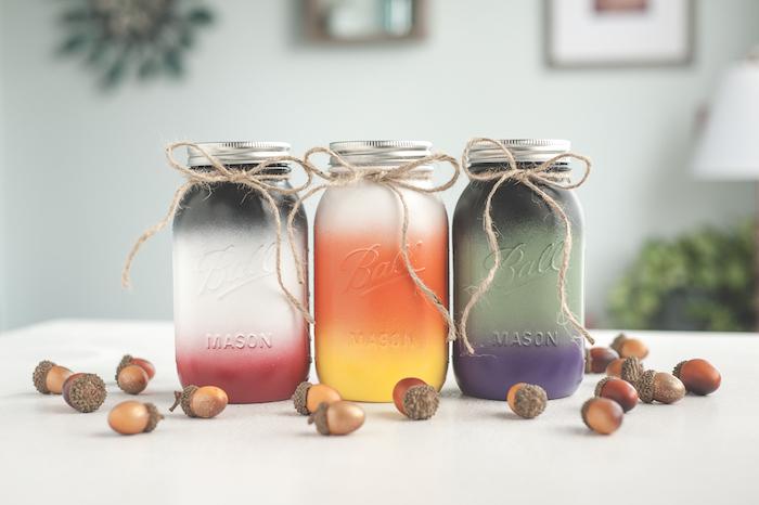 pots en verre ombré couleurs d automne avec deco de glands et ficelle decorative, deco table automne