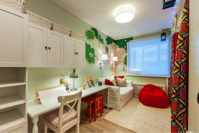 chambre enfant garcon couleurs fraîches, tapis crème, pouf rouge, bureau blanc suspendu