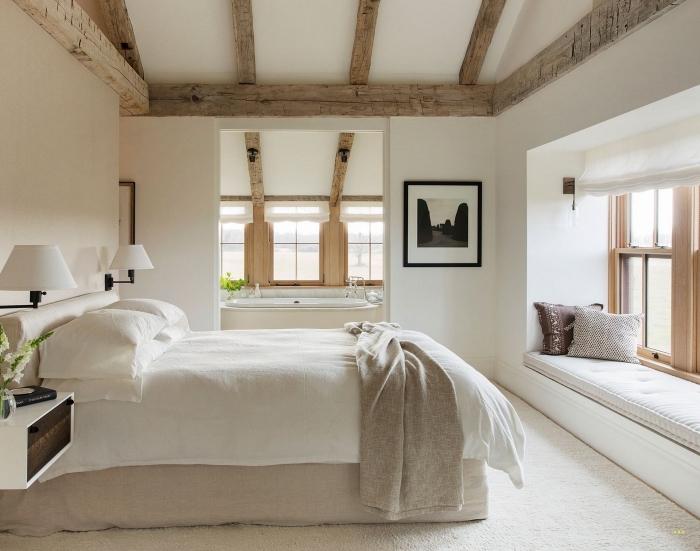idée comment décorer une pièce blanche avec poutres bois sur les murs ou le plafond, déco chambre adulte avec salle de bain ouverte