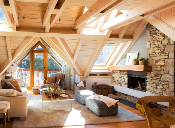 idée comment décorer une pièce mansardée chaleureuse avec revêtement plafond et murs en bois et poutres exposées