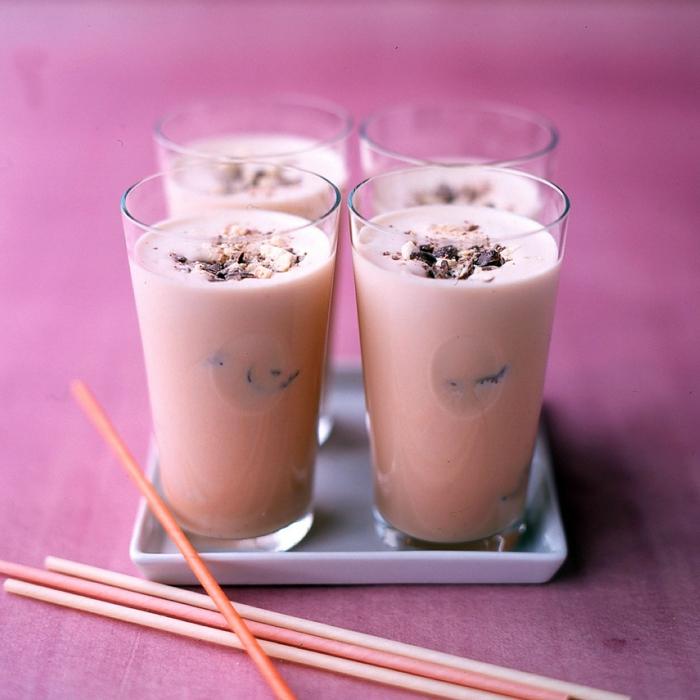 milkshake fraise et myrtilles, pailles roses, quatre verre de milkshake à couleur rose