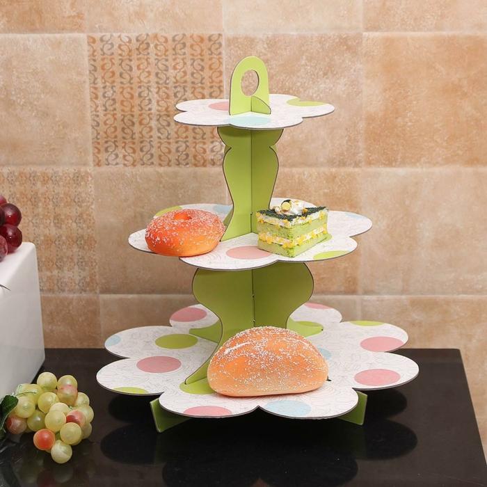 dessert style piece montee, morceau de gateau et donuts en couleur douce mis sur présentoir en papier